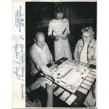 1984 Press Photo Gene Linde, Nancy L Dunham and Pauline E Sagel play monopoly